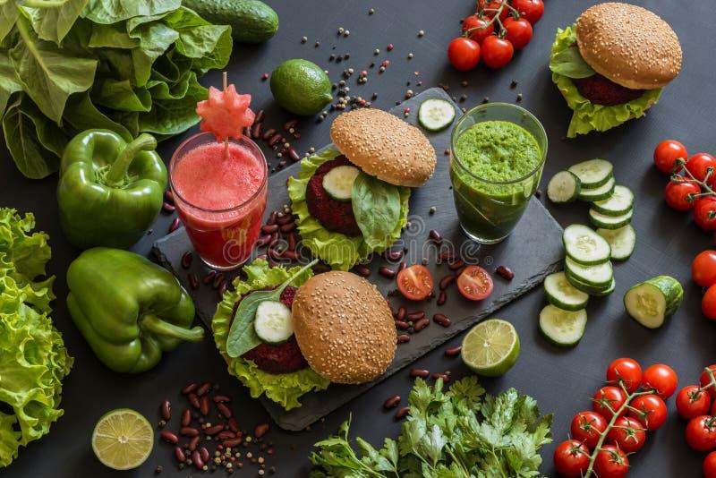 Υγιή vegan τρόφιμα Φρέσκα λαχανικά στο μαύρο υπόβαθρο Διατροφή Detox Διαφορετικοί ζωηρόχρωμοι φρέσκοι χυμοί στοκ εικόνες