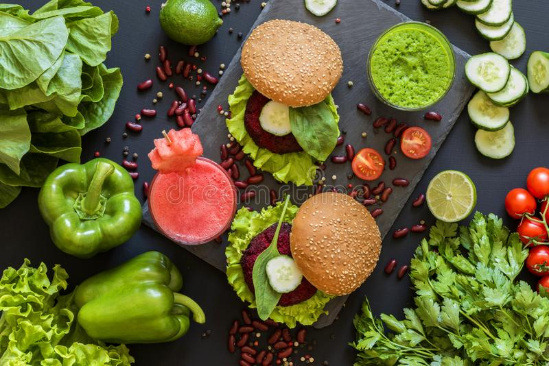 Υγιή vegan τρόφιμα Φρέσκα λαχανικά στο μαύρο υπόβαθρο Διατροφή Detox Διαφορετικοί ζωηρόχρωμοι φρέσκοι χυμοί Επίπεδος βάλτε στοκ εικόνα