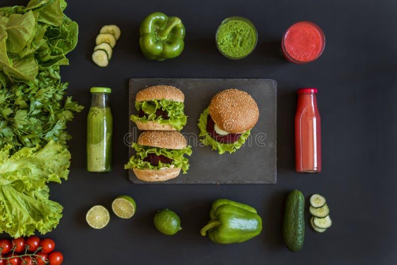Υγιή vegan τρόφιμα Φρέσκα λαχανικά στο μαύρο υπόβαθρο Διατροφή Detox Διαφορετικοί ζωηρόχρωμοι φρέσκοι χυμοί Επίπεδος βάλτε στοκ εικόνα με δικαίωμα ελεύθερης χρήσης