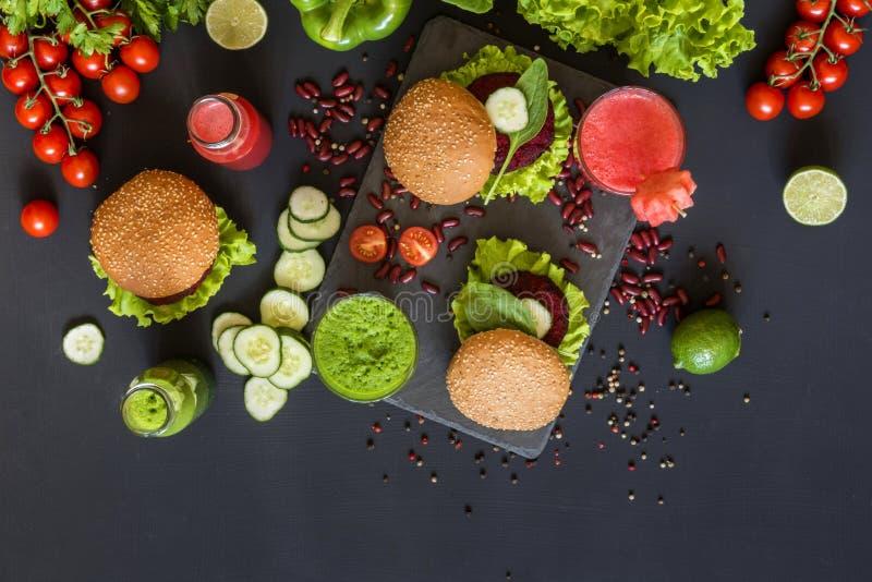 Υγιή vegan τρόφιμα Φρέσκα λαχανικά στο μαύρο υπόβαθρο Διατροφή Detox Διαφορετικοί ζωηρόχρωμοι φρέσκοι χυμοί Επίπεδος βάλτε στοκ εικόνες