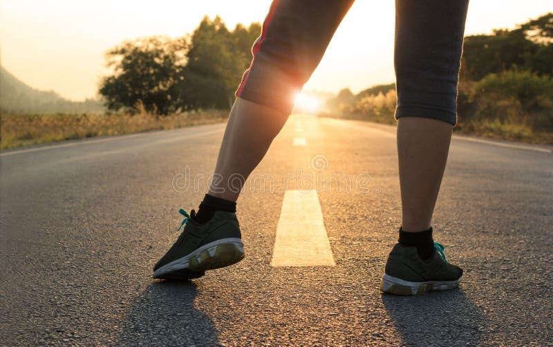 Υγιείς έννοια τρόπων της ζωής, στόχοι και σχέδια, υγειονομική περίθαλψη και ιατρικός Γυναίκα στην τρέχοντας έναρξη αθλητικής ένδυ στοκ φωτογραφία με δικαίωμα ελεύθερης χρήσης