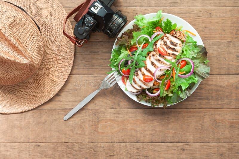 Υγιείς επιλογές με τη κάμερα και καπέλο στον ξύλινο πίνακα Έννοια ευημερίας και τρόπου ζωής στοκ φωτογραφία