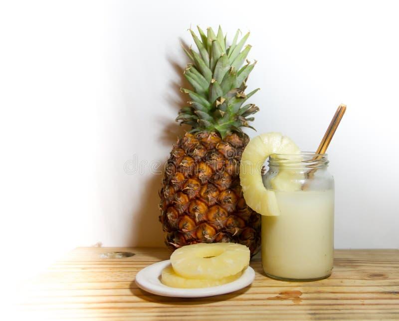 Υγιείς κουνήματα ποτών και χυμός ανανά στοκ φωτογραφίες