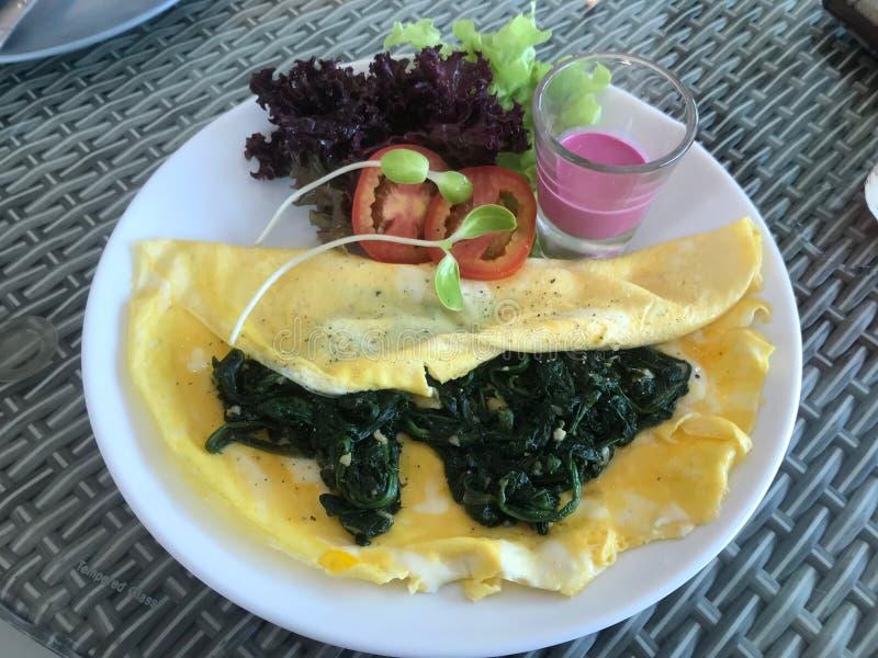 Υγιείς ομελέτα και σαλάτα σπανακιού τροφίμων με τη σάλτσα σάλτσας φρούτων στοκ φωτογραφίες με δικαίωμα ελεύθερης χρήσης