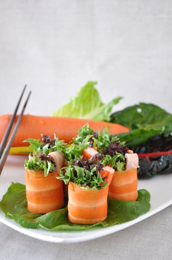 Υγιείς ρόλοι καρότων γεύματος με Veggies στο πιάτο στοκ φωτογραφία