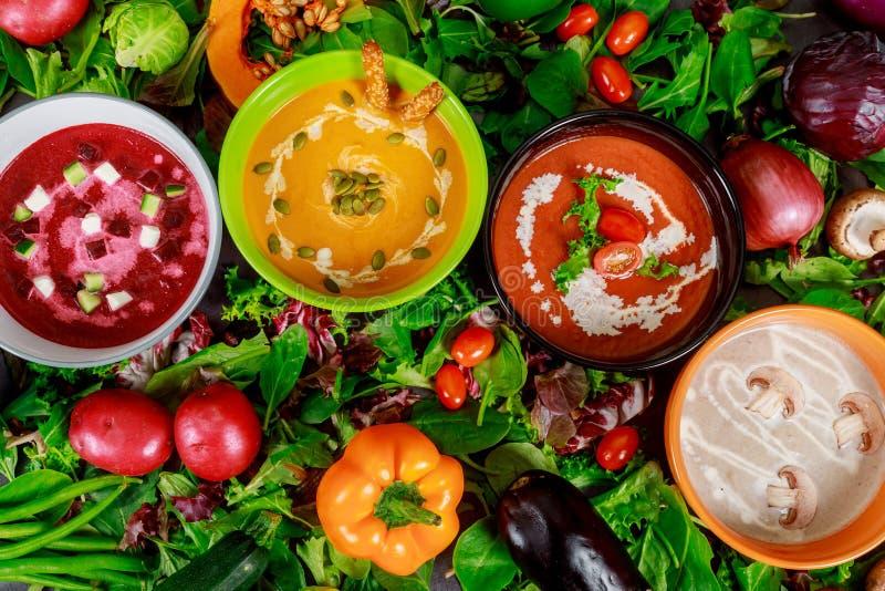 Υγιείς σούπες λαχανικών και κρέμας έννοιας Κίτρινη σούπα μπιζελιών, κόκκινη ντομάτα με το φασόλι και πράσινο μπρόκολο στοκ εικόνα με δικαίωμα ελεύθερης χρήσης