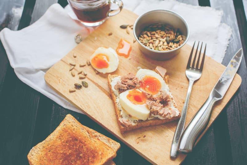 Υγιείς σπόροι ηλίανθων αυγών τόνου φρυγανιάς καφέ προγευμάτων στοκ φωτογραφίες
