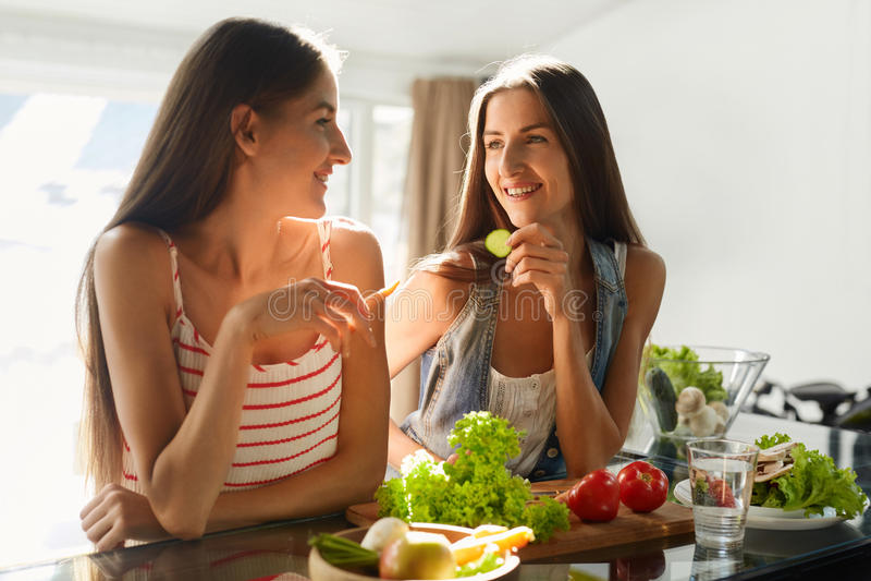 Υγιείς τρώγοντας γυναίκες που μαγειρεύουν τη σαλάτα στην κουζίνα Τρόφιμα διατροφής ικανότητας στοκ εικόνες με δικαίωμα ελεύθερης χρήσης