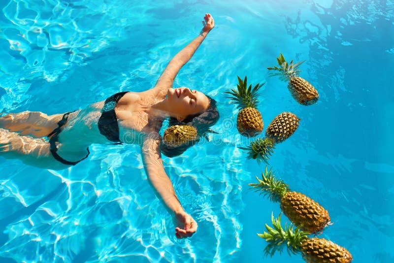 Υγιεινή διατροφή, διατροφή Γυναίκα με τους ανανάδες στη λίμνη (νερό) στοκ φωτογραφία με δικαίωμα ελεύθερης χρήσης
