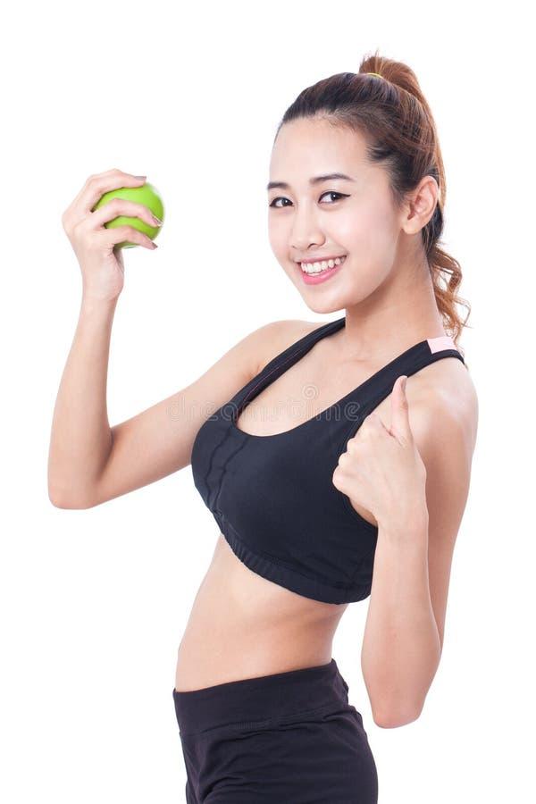 Υγιεινή διατροφή που τρώει το μήλο εκμετάλλευσης γυναικών για τα weightloss και που παρουσιάζει πλήγμα στοκ φωτογραφίες