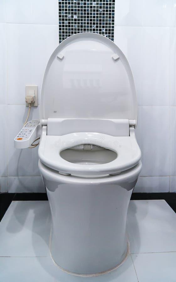 Υγιεινός και υψηλή τεχνολογία του κύπελλου τουαλετών, αυτόματη εκροή στοκ εικόνες με δικαίωμα ελεύθερης χρήσης
