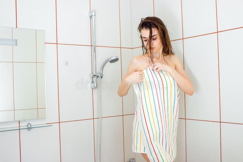 Υγρά περικαλύμματα γυναικών σε μια πετσέτα μετά από ένα ντους στοκ εικόνα