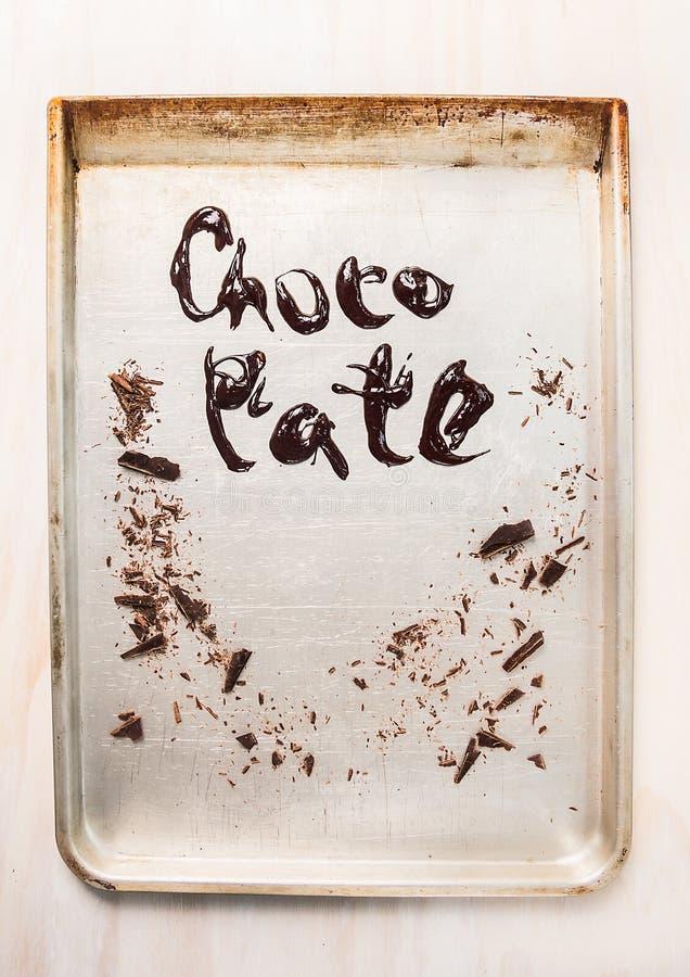 Υγρή επιγραφή σοκολάτας στο μεταλλικό δίσκο ψησίματος στοκ φωτογραφίες με δικαίωμα ελεύθερης χρήσης