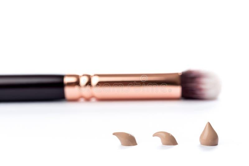 Υγρή κρέμα ιδρύματος makeup που απομονώνεται στο άσπρο υπόβαθρο στοκ εικόνες με δικαίωμα ελεύθερης χρήσης