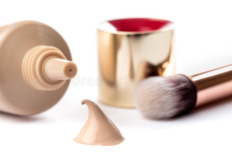 Υγρή κρέμα ιδρύματος makeup που απομονώνεται στο άσπρο υπόβαθρο στοκ φωτογραφία με δικαίωμα ελεύθερης χρήσης
