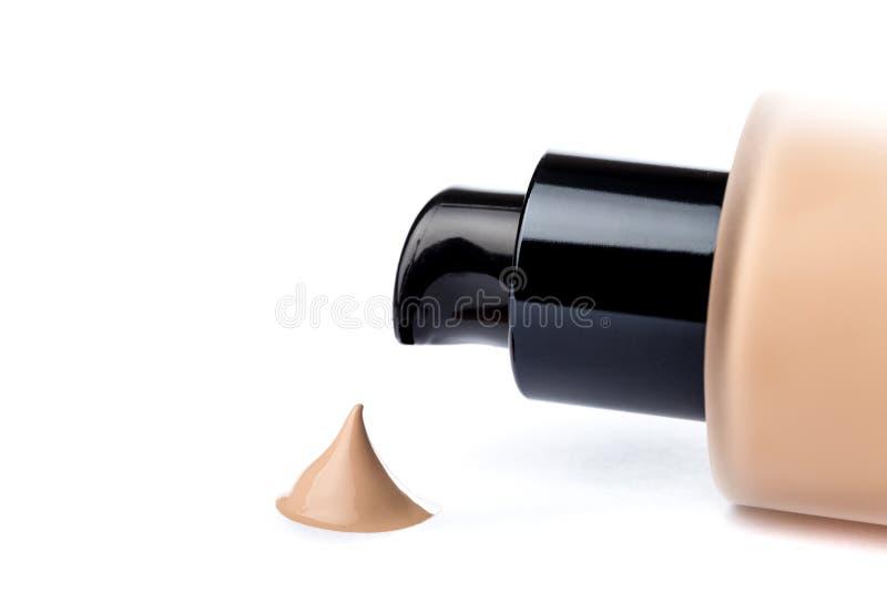 Υγρή κρέμα ιδρύματος makeup που απομονώνεται στο άσπρο υπόβαθρο στοκ εικόνα με δικαίωμα ελεύθερης χρήσης