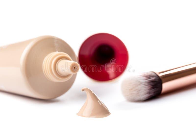 Υγρή κρέμα ιδρύματος makeup στο άσπρο υπόβαθρο στοκ φωτογραφίες με δικαίωμα ελεύθερης χρήσης