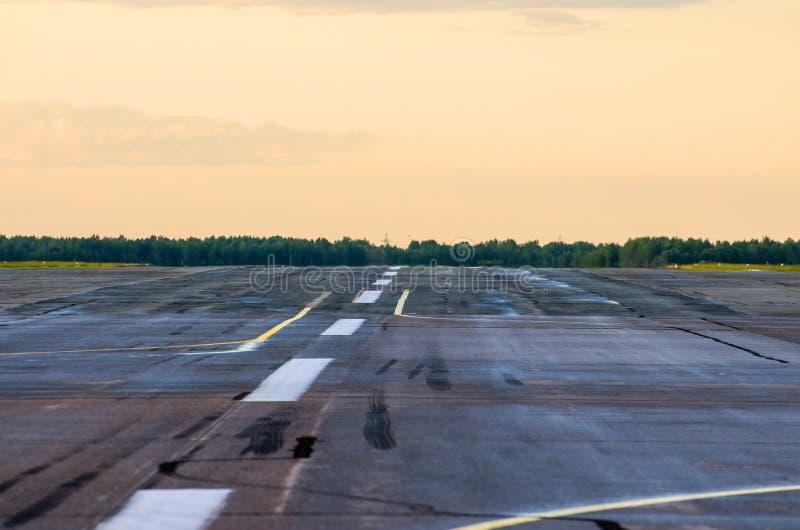 Υγρή οδική γραμμή ασφάλτου αεροπλάνων λουρίδων αεροπλάνων αερολιμένων διαδρόμων στοκ εικόνες
