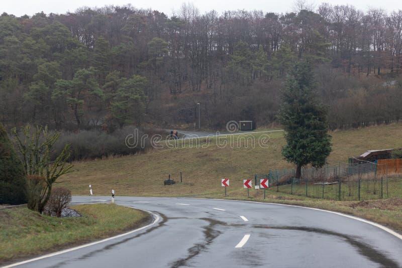 Υγρός δρόμος βουνών το χειμώνα στοκ φωτογραφίες