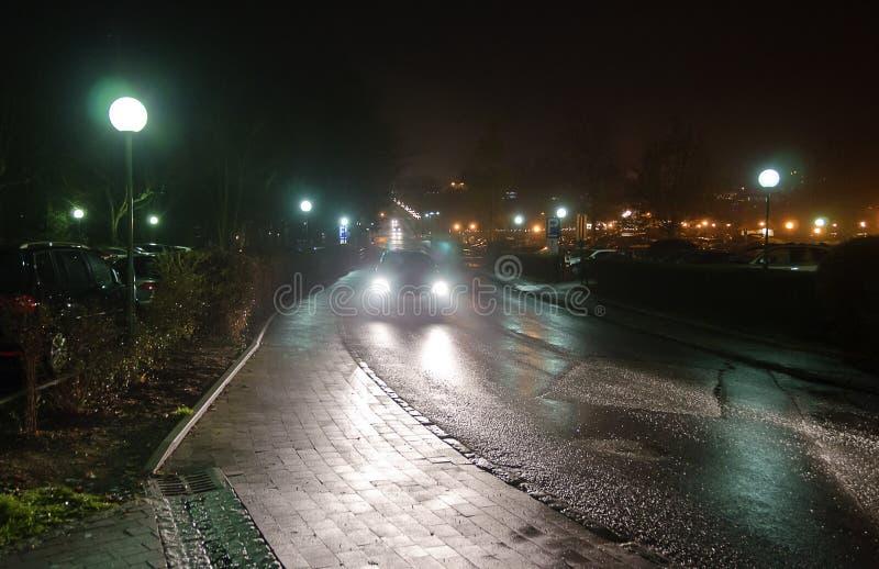 Υγρός δρόμος τη νύχτα στοκ φωτογραφίες με δικαίωμα ελεύθερης χρήσης