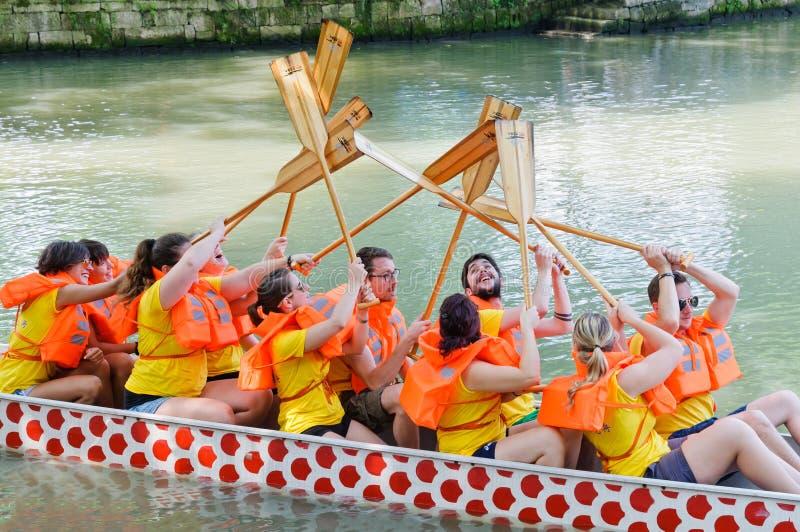 Υγρότοπος Hangzhou, το παιχνίδι φυλών βαρκών δράκων των νέων στοκ φωτογραφία με δικαίωμα ελεύθερης χρήσης