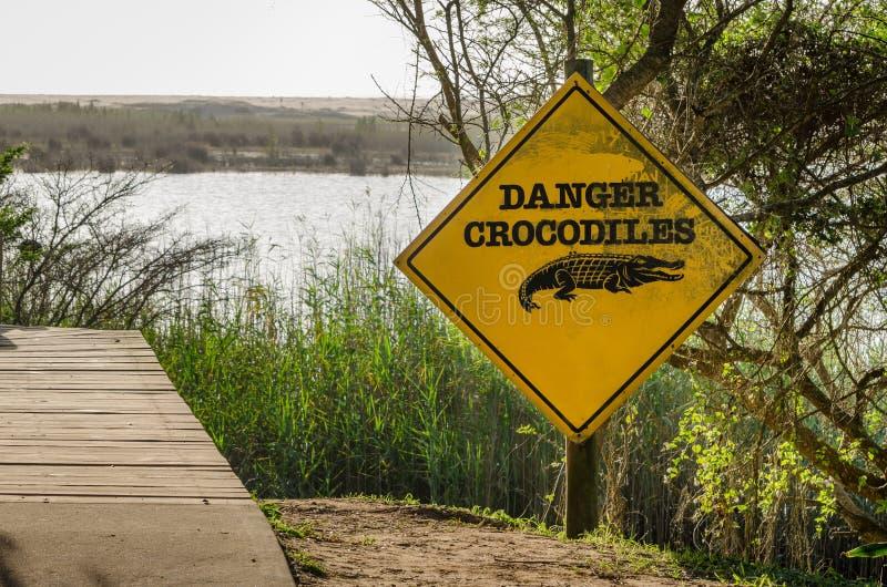 Υγρότοπος Isimangaliso, σημάδι προσοχής κροκοδείλων κινδύνου στοκ φωτογραφίες