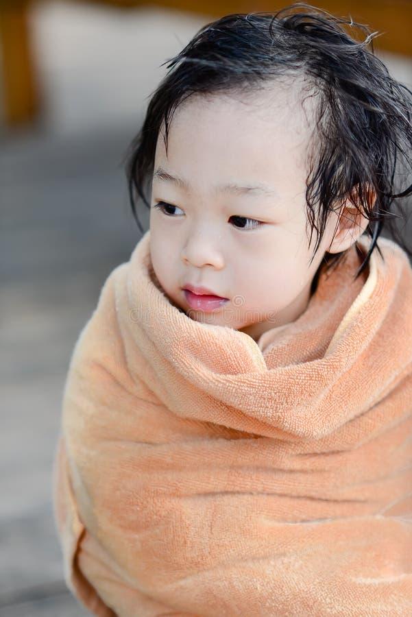 Υγρό ασιατικό κοριτσάκι στην καφετιά πετσέτα στοκ εικόνες με δικαίωμα ελεύθερης χρήσης
