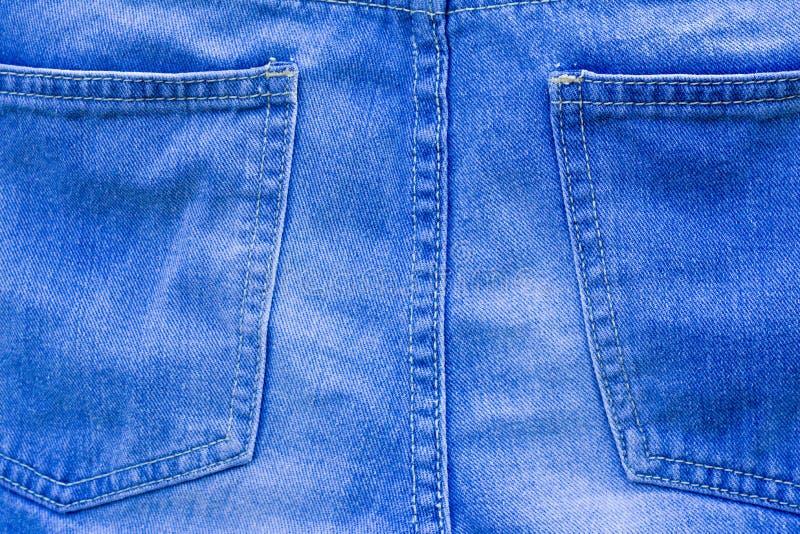 Υγρό τζιν παντελόνι που κρεμά σε ένα σχοινί στοκ φωτογραφία με δικαίωμα ελεύθερης χρήσης