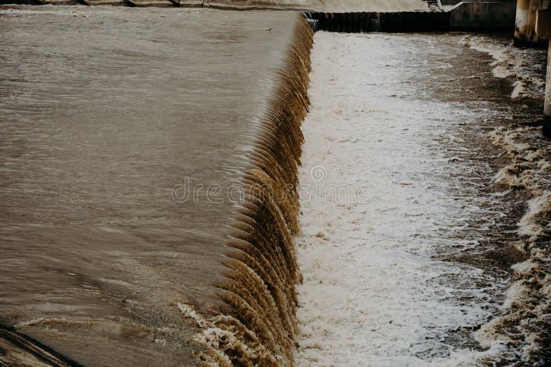 Υδραυλική ισχύς spillway στο υδροηλεκτρικό φράγμα στοκ εικόνες