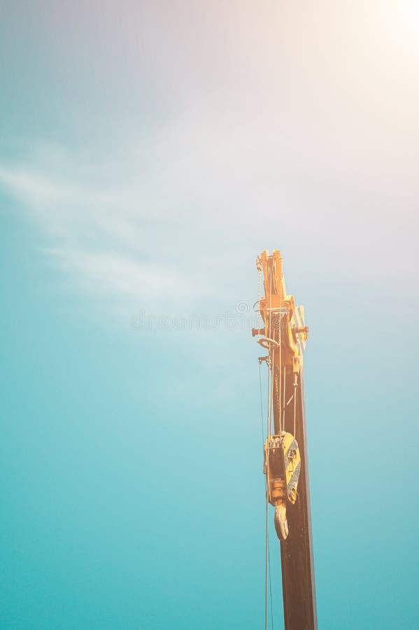 Υδραυλικός κινητός γερανός ενάντια στο μπλε ουρανό και τα σύννεφα στοκ φωτογραφίες με δικαίωμα ελεύθερης χρήσης