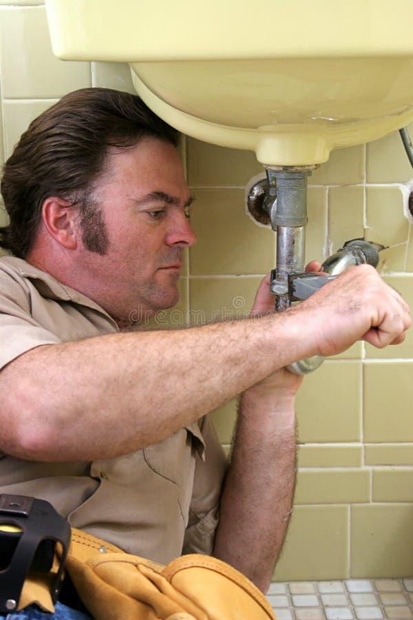 υδραυλικός σωλήνων που χρησιμοποιεί το γαλλικό κλειδί στοκ φωτογραφία