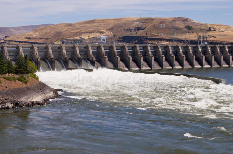 υδροηλεκτρικό spillway φραγμάτ&om στοκ φωτογραφία
