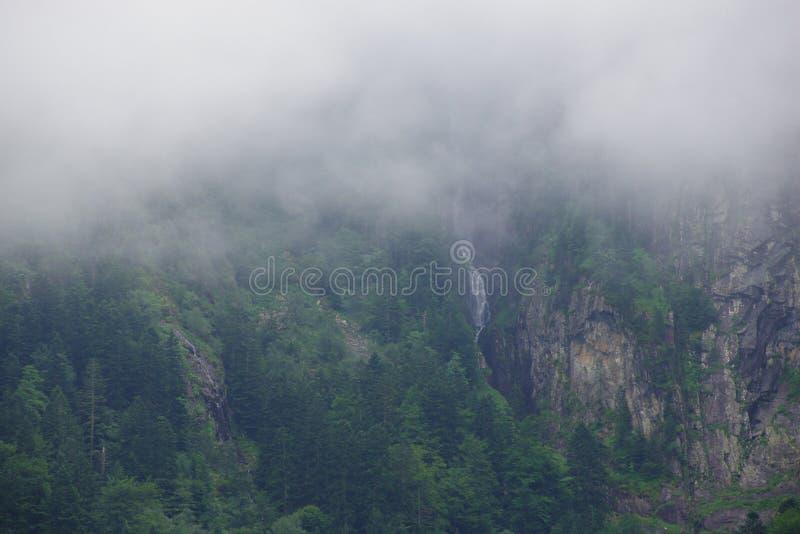 Υδρονέφωση μπροστά από το βουνό στοκ φωτογραφίες