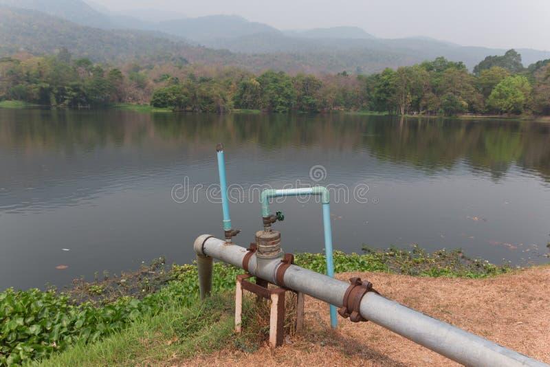 Υδροσωλήνες στη δεξαμενή για το νερό βρύσης στοκ φωτογραφία με δικαίωμα ελεύθερης χρήσης