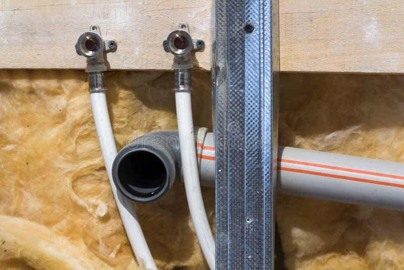 Υδροσωλήνες φιαγμένοι από πολυπροπυλένιο στον τοίχο, υδραυλικά στο σπίτι Εγκατάσταση των σωλήνων υπονόμων σε ένα λουτρό ενός διαμ στοκ φωτογραφία