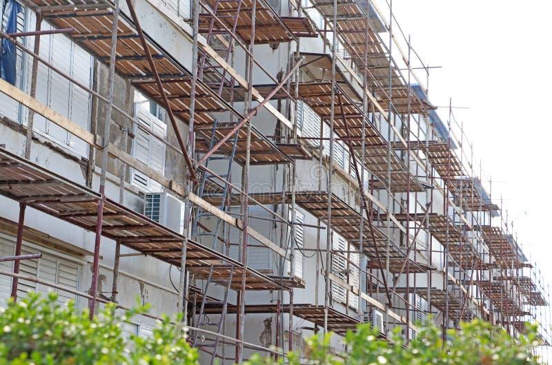 Υλικά σκαλωσιάς αποκατάστασης για ένα παλαιό κτήριο στοκ εικόνα με δικαίωμα ελεύθερης χρήσης