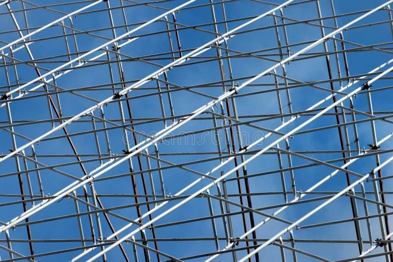 Υλικά σκαλωσιάς μετάλλων ενάντια στο μπλε ουρανό στοκ εικόνες