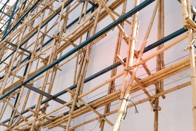 Υλικά σκαλωσιάς στην κατασκευή με το ξύλινο μπαμπού στοκ φωτογραφίες