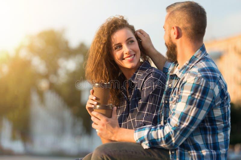 υλοτομίες ρομαντικές Ευχαριστημένο άτομο σχετικά με την τρίχα της συζύγου της στοκ εικόνες