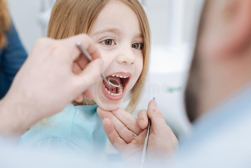 Υπάκουο χαριτωμένο παιδί που κρατά το στόμα της ανοικτό στοκ φωτογραφίες