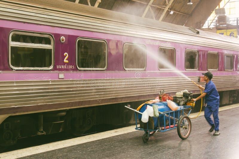 Υπάλληλοι σιδηροδρόμων που κάνουν το καθαρίζοντας τραίνο για να προετοιμάσει την υπηρεσία για το θόριο στοκ εικόνα