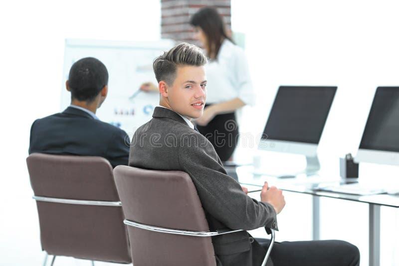 Υπάλληλος της επιχείρησης στο υπόβαθρο της επιχειρησιακής ομάδας στοκ εικόνες