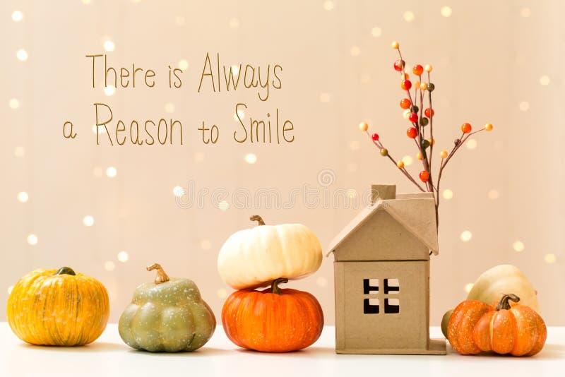 Υπάρχει πάντα ένας λόγος να χαμογελαστεί το μήνυμα με τις κολοκύθες με ένα χ στοκ εικόνα