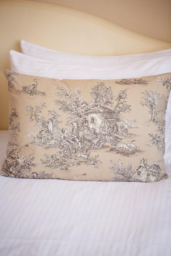 Υπάρχουν τρία μαξιλάρια στο ελαφρύ κρεβάτι στοκ φωτογραφίες