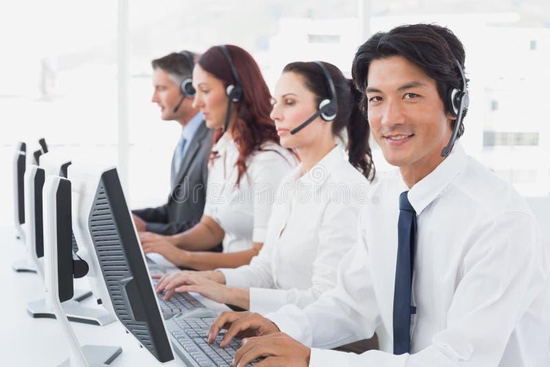 Υπάλληλοι που δακτυλογραφούν στους υπολογιστές τους στοκ φωτογραφία με δικαίωμα ελεύθερης χρήσης