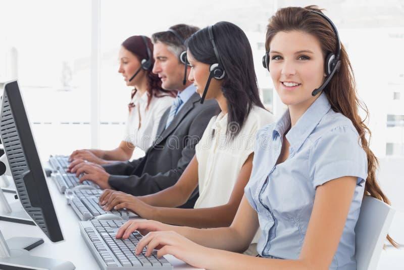 Υπάλληλοι που δακτυλογραφούν στους υπολογιστές τους στοκ εικόνες με δικαίωμα ελεύθερης χρήσης