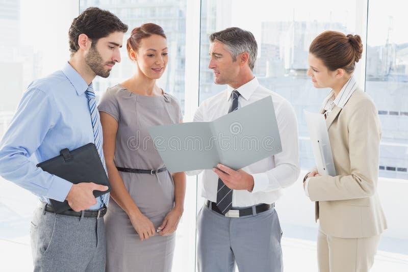 Υπάλληλοι που διοργανώνουν μια επιχειρησιακή συνεδρίαση στοκ φωτογραφίες