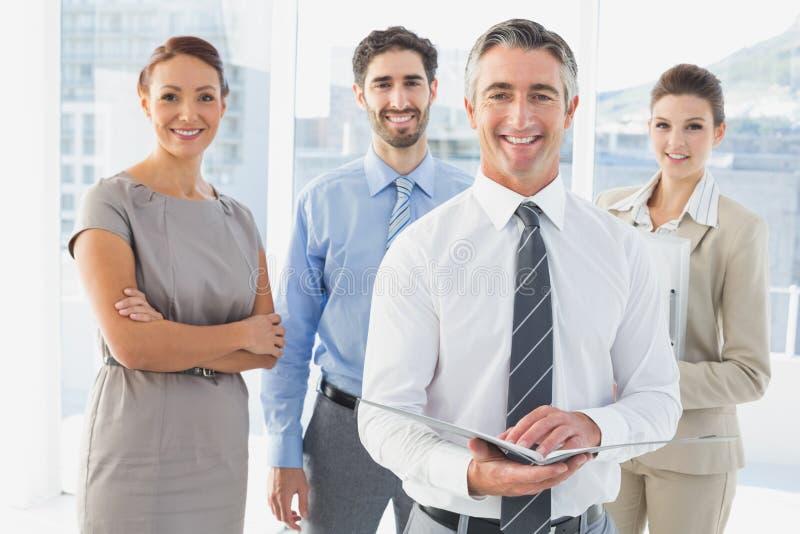 Υπάλληλοι που διοργανώνουν μια επιχειρησιακή συνεδρίαση στοκ φωτογραφία