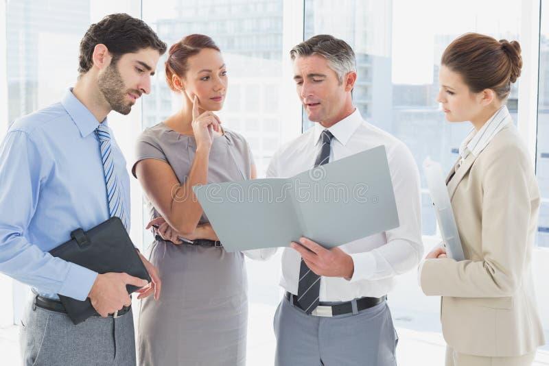 Υπάλληλοι που διοργανώνουν μια επιχειρησιακή συνεδρίαση στοκ εικόνες