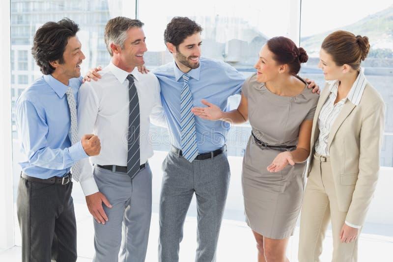 Υπάλληλοι που χαμογελούν και που έχουν τη διασκέδαση στοκ φωτογραφία